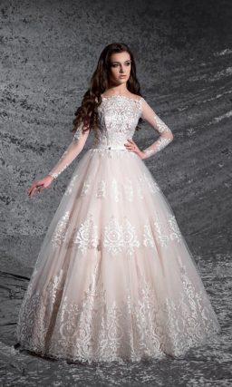 Кремовое свадебное платье с декором из белоснежного кружева и длинными рукавами.