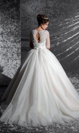 Свадебное платье с вышивкой на облегающем корсете и стильными полупрозрачными рукавами.