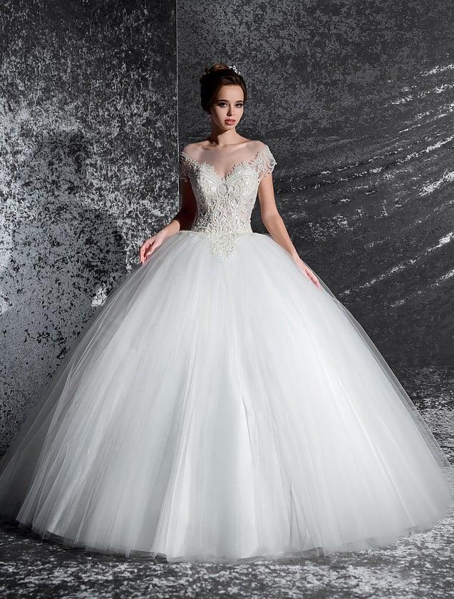 Шикарное свадебное платье с многослойным низом и широким V-образным декольте.