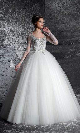 Элегантное свадебное платье пышного силуэта с бисерной отделкой лифа и открытой спинкой.