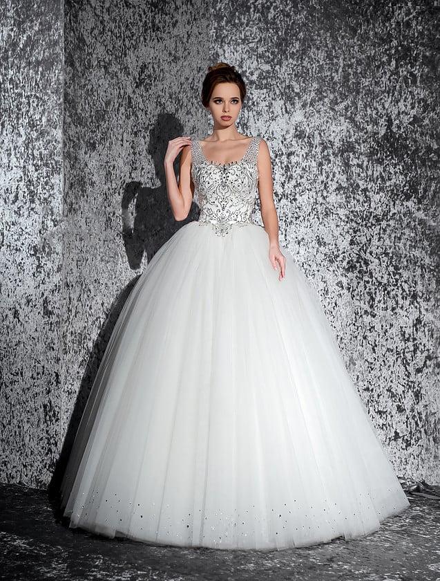 Традиционное свадебное платье с многослойным низом и бисерной вышивкой по корсету.