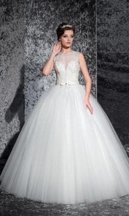 Пышное свадебное платье с полупрозрачной вставкой на спинке и кружевным корсетом.