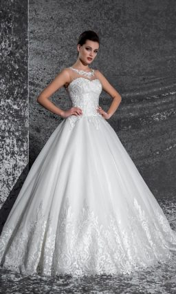 Сияющее свадебное платье «принцесса», декорированное глянцевым кружевом по лифу и юбке.