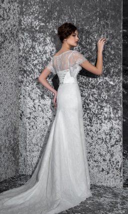 Облегающее свадебное платье с вышивкой по корсету и элегантными кружевными рукавами.