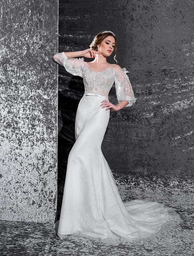 Эксцентричное свадебное платье «рыбка» с длинными рукавами широкого кроя и стильным вырезом.