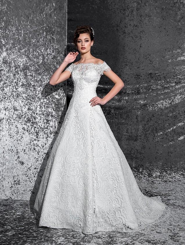 Кружевное свадебное платье «принцесса» с портретным декольте и широкими бретелями.