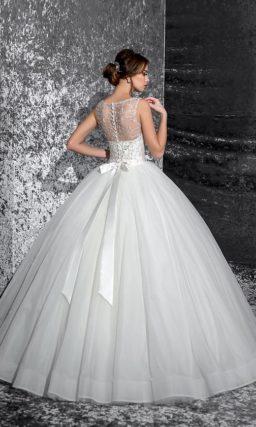 Великолепное свадебное платье пышного кроя с серебристой бисерной вышивкой по лифу.