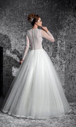 Закрытое свадебное платье с округлым вырезом под горло и многослойной пышной юбкой.