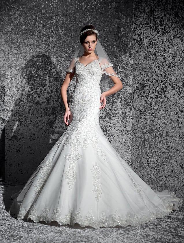 Свадебное платье с многослойной юбкой «рыбка» и изысканным V-образным вырезом декольте.