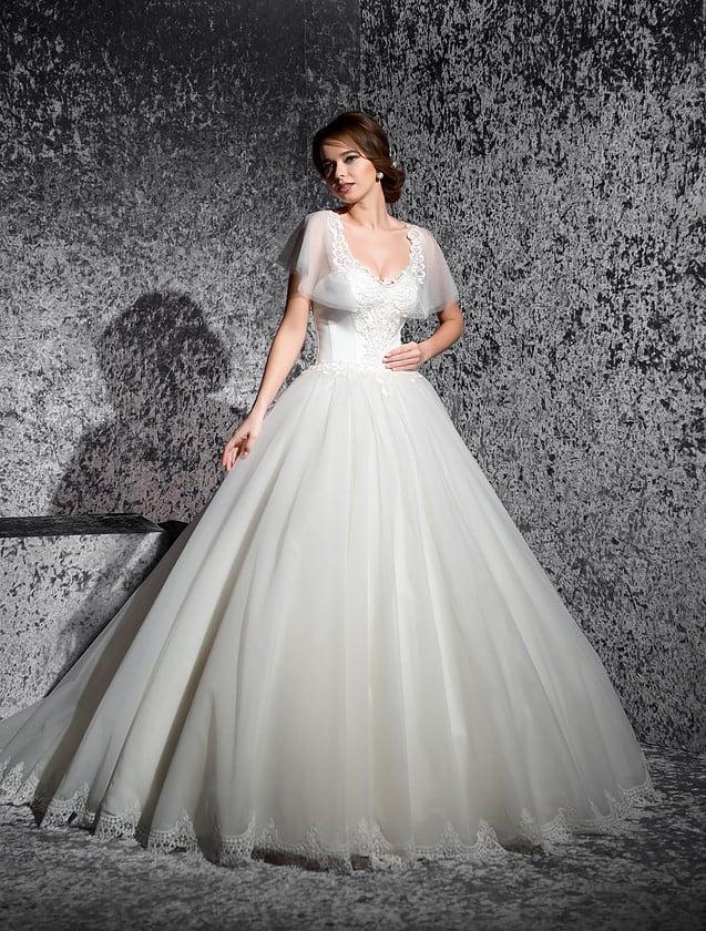 Пышное свадебное платье с V-образным вырезом и широкими полупрозрачными рукавами.