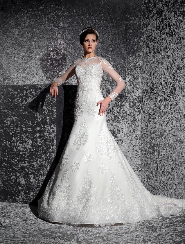 Свадебное платье «рыбка» с длинными полупрозрачными рукавами и фактурным декором.