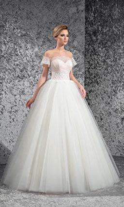 Оригинальное свадебное платье «принцесса» с короткими рукавами на предплечьях.