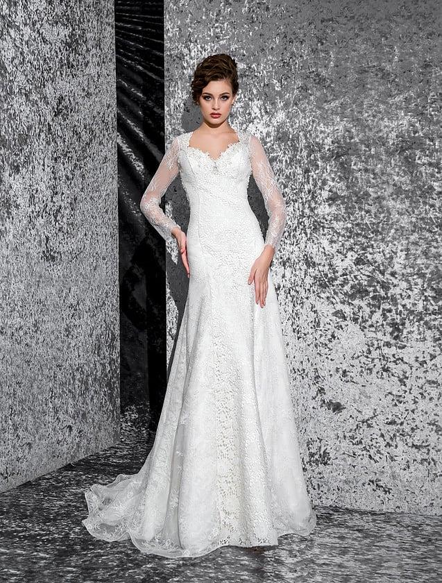 Прямое свадебное платье с лифом, украшенным кружевом и стразами, а также длинными рукавами.