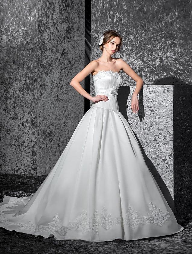 Свадебное платье «принцесса» с изысканным кроем корсета со слегка заниженной талией.