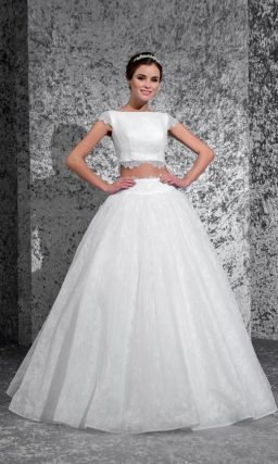 Соблазнительное свадебное платье пышного кроя с укороченным топом с кружевным декором.