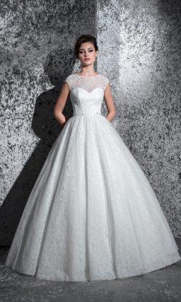 Элегантное свадебное платье с кружевным декором по всей длине и изящным округлым вырезом.