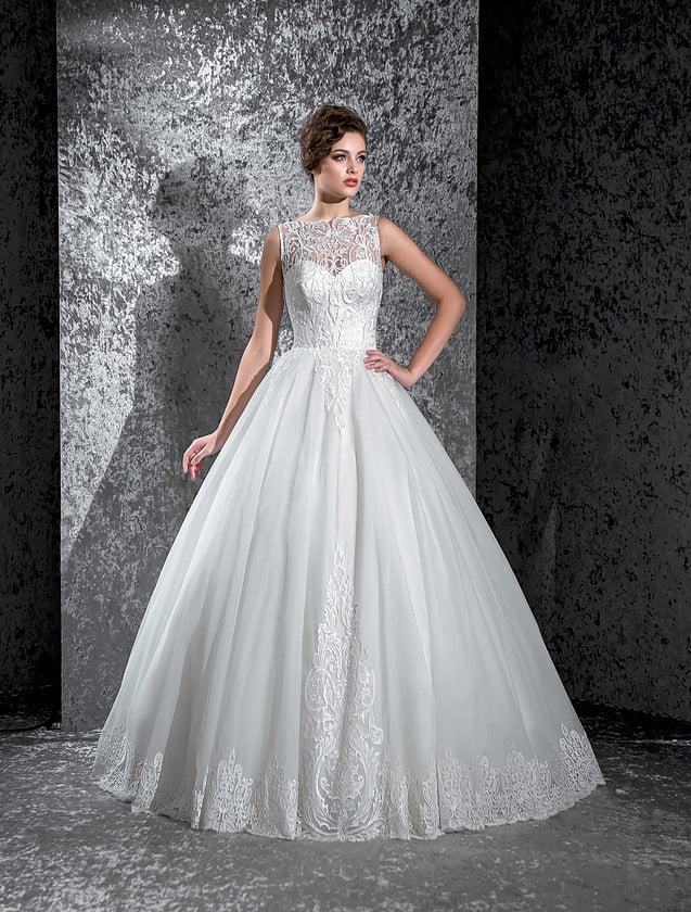Свадебное платье с пышной торжественной юбкой и кружевной отделкой атласного корсета.