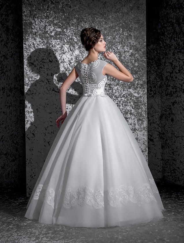 Классическое свадебное платье с бисерной отделкой закрытого лифа с вырезом под горло.