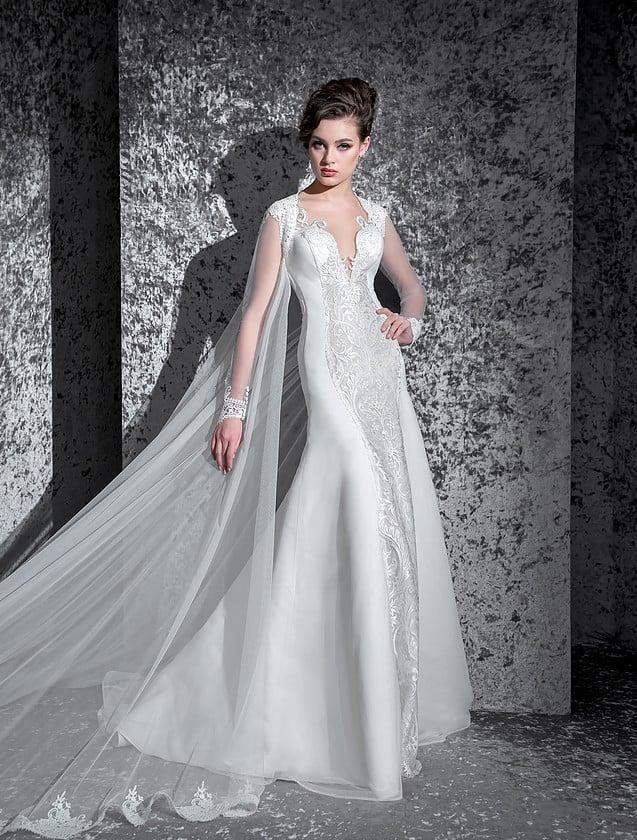 Атласное свадебное платье силуэта «рыбка» с вертикальной полосой кружевной отделки.