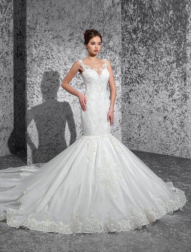 Драматичное свадебное платье «русалка» с потрясающей открытой спинкой и длинным шлейфом.