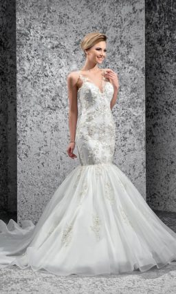 Фактурное свадебное платье «рыбка» с выразительным V-образным вырезом с узкими бретелями.