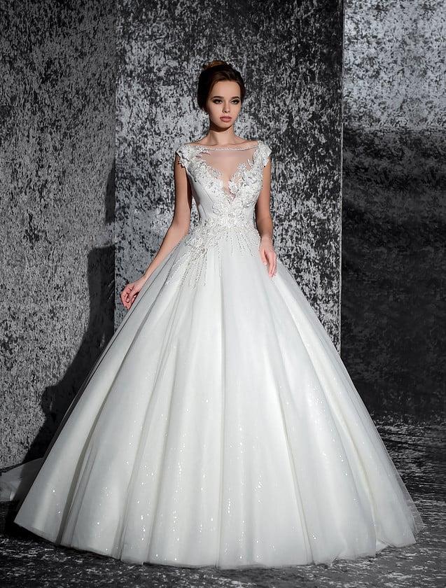 Великолепное свадебное платье с многослойной юбкой и V-образным вырезом декольте.