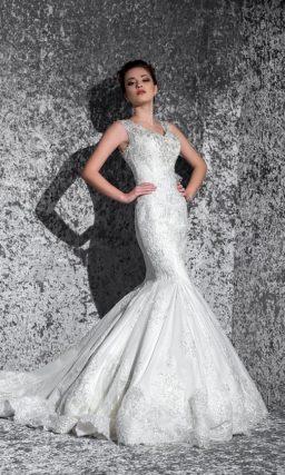 Сияющее свадебное платье с открытой спинкой и облегающим силуэтом «русалка».