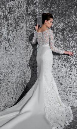 Свадебное платье «русалка» с атласной подкладкой и изящным узким поясом с бантом спереди.