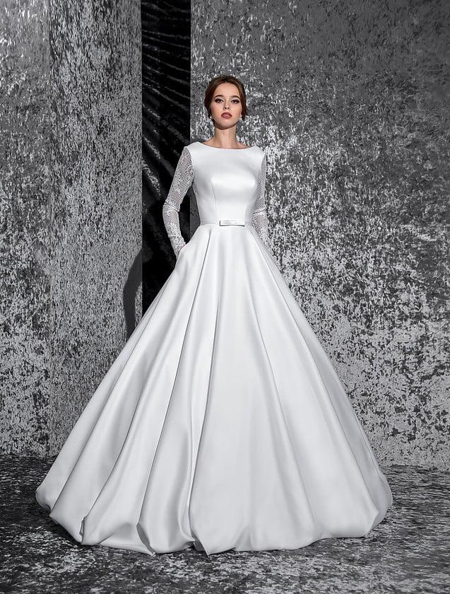 Атласное свадебное платье с женственным вырезом бато и длинными кружевными рукавами.