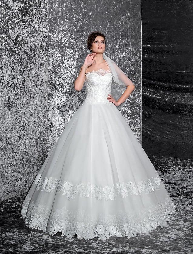 Свадебное платье «трапеция» с полосой кружева по низу подола и открытым кружевным лифом.