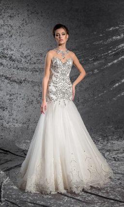 Облегающее свадебное платье с открытым корсетом, покрытым серебристыми стразами.