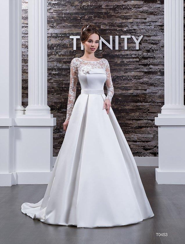 Свадебное платье со складками по атласному подолу и закрытым кружевным лифом.