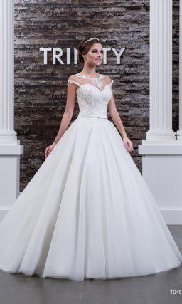 Торжественное свадебное платье с полупрозрачной спинкой и элегантным вырезом.