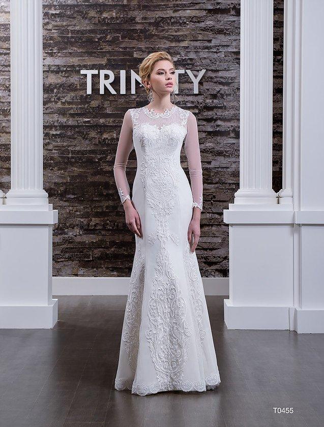 Свадебное платье «рыбка» с длинными полупрозрачными рукавами и вышивкой по верху.
