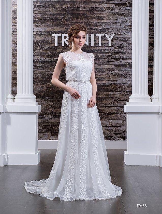 Прямое свадебное платье с вертикальными полосами кружевных аппликаций по всей длине.