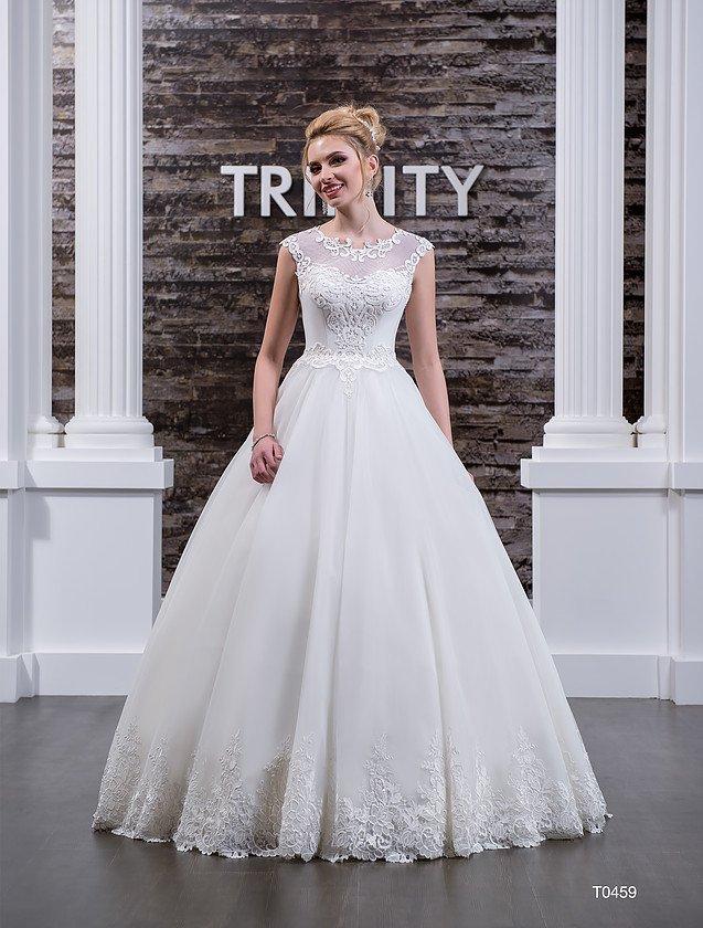 Пышное свадебное платье с округлым вырезом, оформленным кружевными аппликациями.