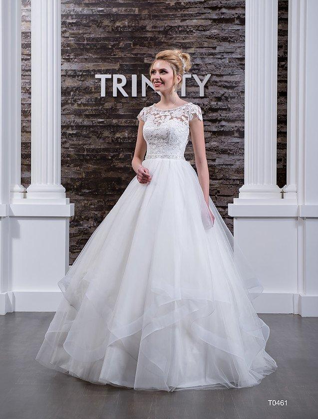 Пышное свадебное платье с атласным корсетом, покрытым кружевом, и оборками по подолу.