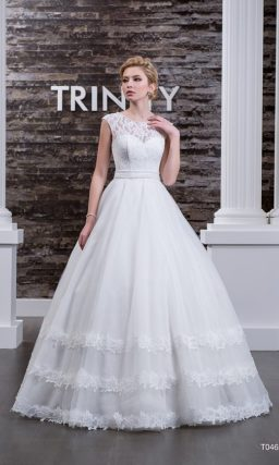 Изящное свадебное платье с округлым вырезом, элегантным поясом и кружевом по низу подола.