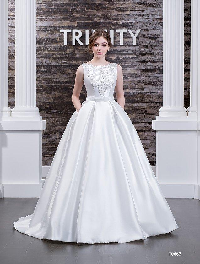Роскошное свадебное платье из глянцевого атласа, с округлым декольте и аппликациями по лифу.