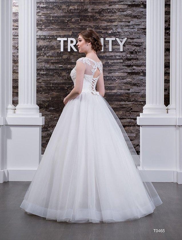 Великолепное свадебное платье с элегантным V-образным вырезом и пышной юбкой.