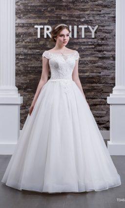 Традиционное свадебное платье пышного кроя с притягательным округлым вырезом.