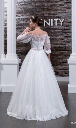Пышное свадебное платье с оригинальным открытым декольте и широкими кружевными рукавами.