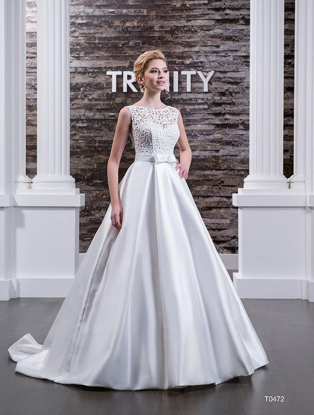 Атласное свадебное платье с юбкой А-кроя и кружевным декором верха с открытой спинкой.