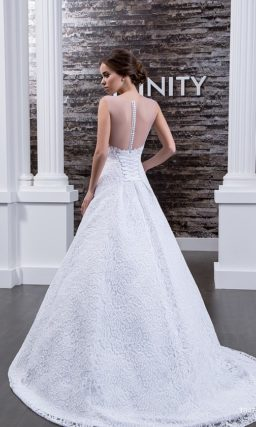 Элегантное свадебное платье с А-силуэтом, по всей длине покрытое слоем плотной кружевной ткани.