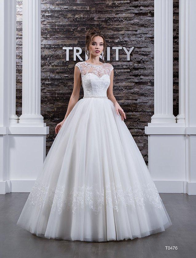 Свадебное платье с кружевной отделкой над открытым корсетом и узким сияющим поясом.