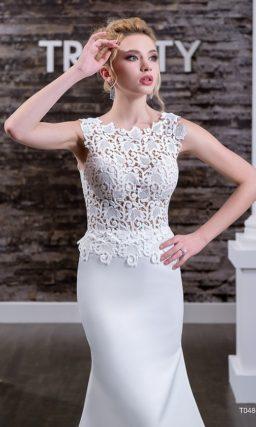 Атласное свадебное платье «рыбка» с плотным кружевным декором облегающего верха.