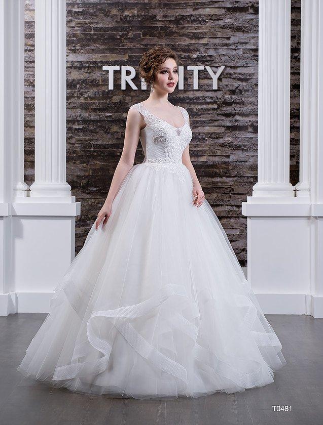 Свадебное платье с романтичными оборками по низу подола и стильным открытым лифом.