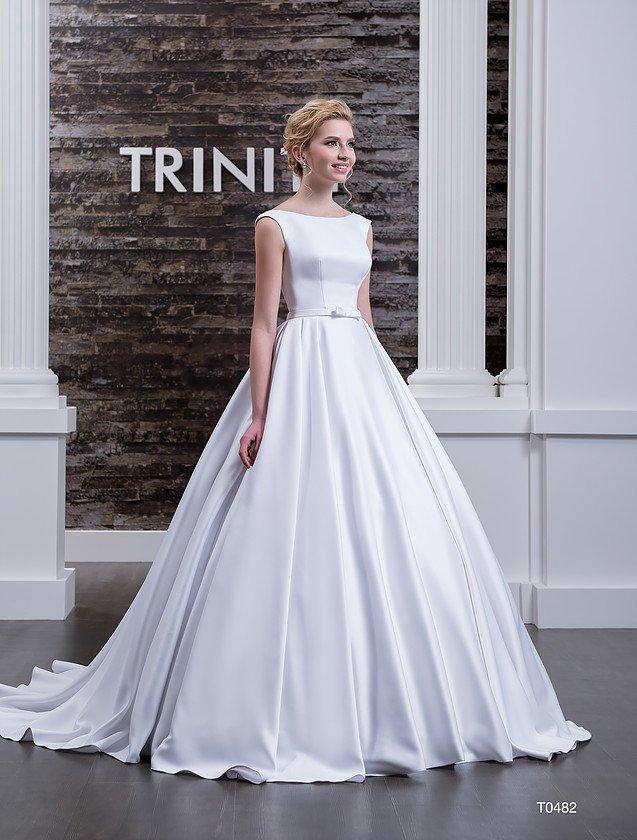 Атласное свадебное платье с открытой спинкой и изысканным вырезом лодочкой на лифе.