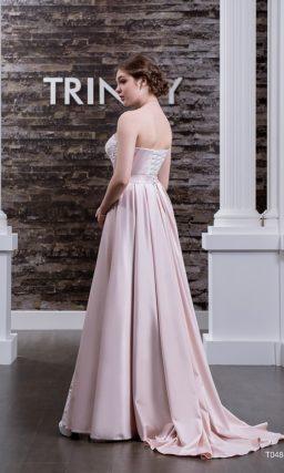 Оригинальное свадебное платье из цветной атласной ткани с лаконичным вырезом декольте.