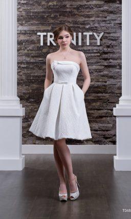 Короткое свадебное платье с атласным декором корсета с вырезом прямого кроя.